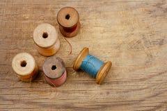 Vieilles cuillères réelles de bobines avec des semelles de couleur Photographie stock libre de droits