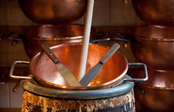 Vieilles cuvettes de cuivre Photo stock