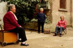 Vieilles dames chinoises dans la rue par des maisons, Keifeng photo libre de droits