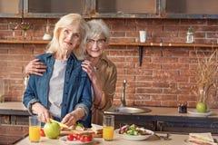 Vieilles dames gaies appréciant le procédé de cuisson Image libre de droits