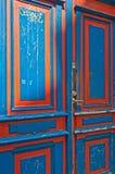 Vieilles doubles portes bleues et rouges en bois Image stock