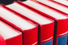 Vieilles encyclopédies sur le fond noir Photos stock