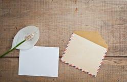 Vieilles enveloppe et carte avec la fleur Photos stock