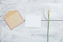 Vieilles enveloppe et carte avec la fleur Photo libre de droits