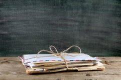 Vieilles enveloppes sur la table Photo stock