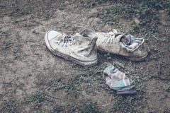 Vieilles espadrilles blanches, et chaussettes sur le terrain de jeu Tache d'espadrilles Images stock