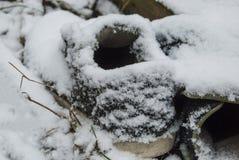 Vieilles espadrilles couvertes de neige sur la rue Photographie stock