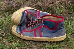 Vieilles espadrilles de chaussures de sports Photographie stock libre de droits