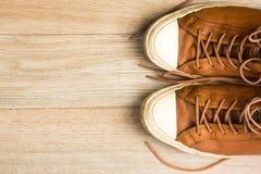 Vieilles espadrilles en cuir sur la vue supérieure de fond en bois, I horizontal Image libre de droits