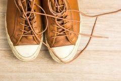 Vieilles espadrilles en cuir sur la vue supérieure de fond en bois, I horizontal Image stock