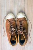 Vieilles espadrilles en cuir sur la vue supérieure de fond en bois, verti tonned Images stock