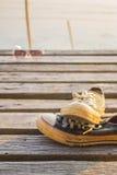 Vieilles espadrilles sur en bois Image libre de droits