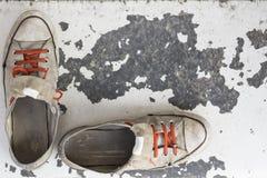 Vieilles espadrilles utilisées Photo libre de droits