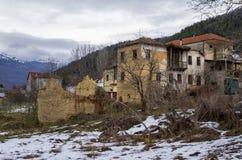 Vieilles et abandonnées maisons dans le village d'Antartiko, Flórina, Grèce Photographie stock