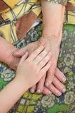 Vieilles et jeunes mains Photographie stock