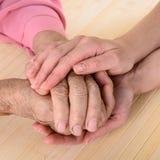 Vieilles et jeunes mains Photo libre de droits