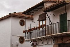 Vieilles et majestueuses maisons dans les rues de Villanueva de los Infa images libres de droits
