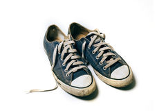 Vieilles et sales chaussures d'isolement sur le fond blanc Images libres de droits