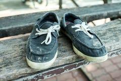 Vieilles et sales chaussures de toile du déplacement Images libres de droits