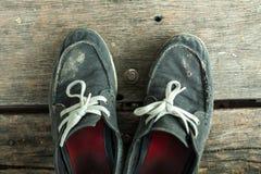 Vieilles et sales chaussures de toile du déplacement Photographie stock libre de droits