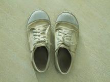 Vieilles et sales espadrilles blanches Photo stock