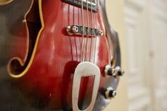 Vieilles excellentes électro et basses guitares Photographie stock libre de droits