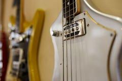 Vieilles excellentes électro et basses guitares Photo libre de droits