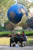 Vieilles femmes de l'Asie en parc images libres de droits