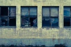Vieilles fenêtres abandonnées d'entrepôt Photographie stock libre de droits