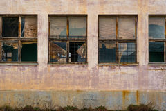 Vieilles fenêtres abandonnées d'entrepôt Photo stock
