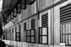 Vieilles fenêtres abandonnées de maison d'école image libre de droits