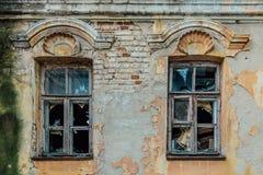 Vieilles fenêtres cassées de manoir abandonné Photographie stock libre de droits