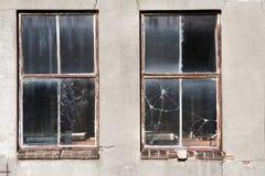 Vieilles fenêtres cassées sales Photographie stock libre de droits
