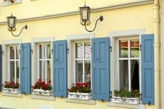 Vieilles fenêtres d'une maison Images stock
