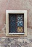 Vieilles fenêtres dans la maison d'appartement Photo stock