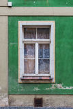 Vieilles fenêtres dans la maison d'appartement Images libres de droits