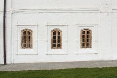Vieilles fenêtres dans un mur blanc Photo stock