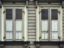 Vieilles fenêtres de bois de construction avec des volets à Riga Lettonie Image libre de droits