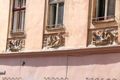 Vieilles fenêtres de décoration architecturale, style de vintage, un élément protecteur des fenêtres, détail intéressant Images libres de droits