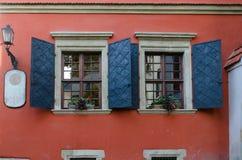 Vieilles fenêtres en bois avec des volets en métal Photo libre de droits