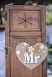 Vieilles fenêtres en bois de volet avec le coeur accrochant pour M. Image libre de droits