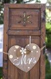 Vieilles fenêtres en bois de volet avec le coeur accrochant pour Mme Image libre de droits
