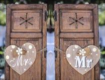 Vieilles fenêtres en bois de volet avec les coeurs accrochants pour Mme et M. Image stock
