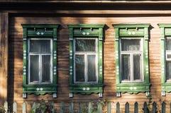 Vieilles fenêtres en bois sur une vieille maison en bois Images stock