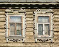 Vieilles fenêtres en bois sur une vieille maison en bois Image libre de droits