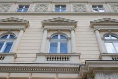 Vieilles fenêtres en pierre de bâtiment à Lviv Image stock