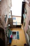 Vieilles fenêtres et lampe de maison dans la ville de Villefranche Photographie stock