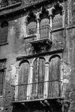 Vieilles fenêtres et portes décrépites en noir et blanc Photo stock