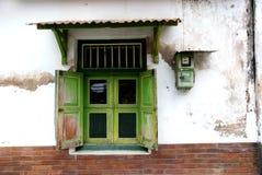 Vieilles fenêtres et un mètre électrique sur un mur dans le kotagede Image libre de droits