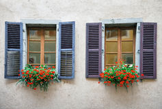 Vieilles fenêtres sur le mur de briques plâtré Photo libre de droits